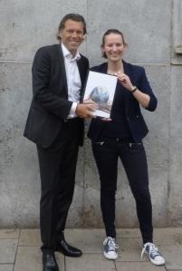 Urs Meier und Lisa Schatz_Buchübergabe in Augsburg